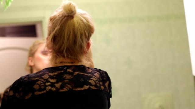 kvinna som utgör i spegeln - japanese bath woman bildbanksvideor och videomaterial från bakom kulisserna