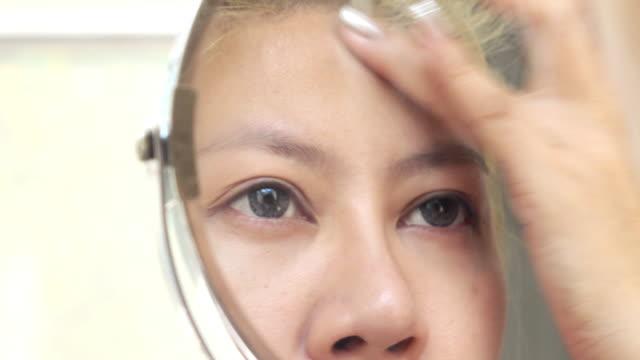 vídeos y material grabado en eventos de stock de belleza de mujer maquillaje - ojo morado