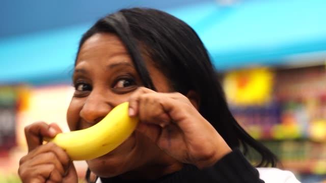 donna che fa ridere con una banana - banana video stock e b–roll