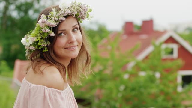 kvinna gör och bär en blomma krona på mid sommar i sverige - summer sweden bildbanksvideor och videomaterial från bakom kulisserna