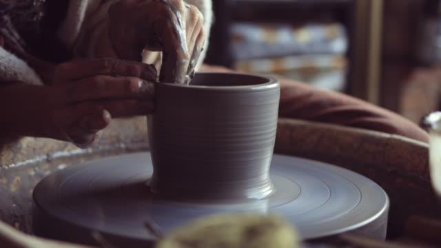 vídeos de stock, filmes e b-roll de mulher fazendo trabalho de cerâmica com roda de oleiro - cerâmica artesanato