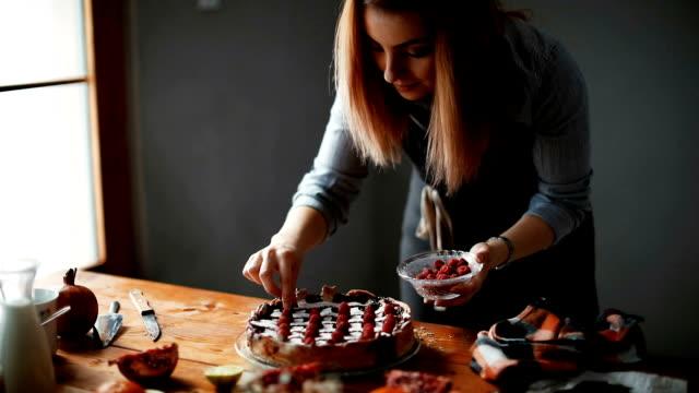 kadın lezzetli kek yapmak - pasta stok videoları ve detay görüntü çekimi