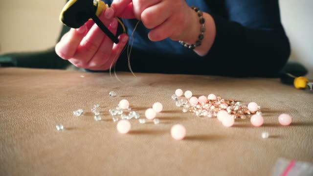 woman making handmade jewellery - браслет стоковые видео и кадры b-roll