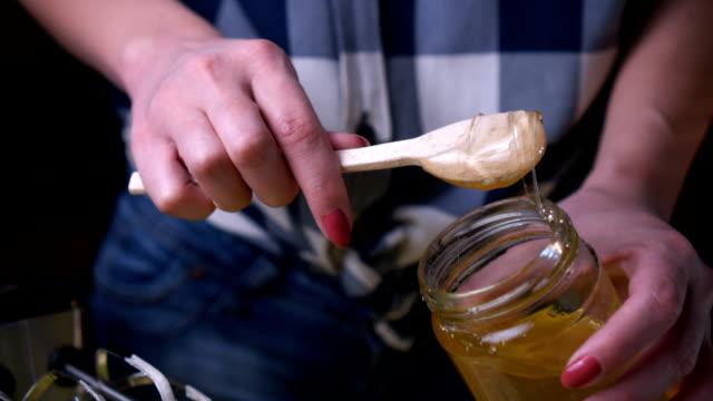 Frau macht Honig cookies – Video