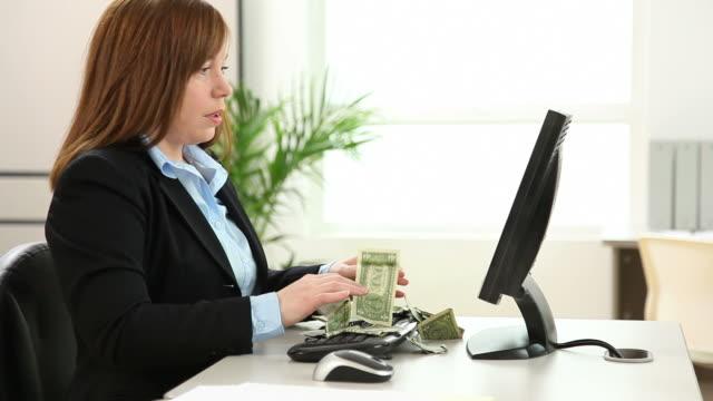 kobieta zarabianie w internecie - zwrot filmów i materiałów b-roll