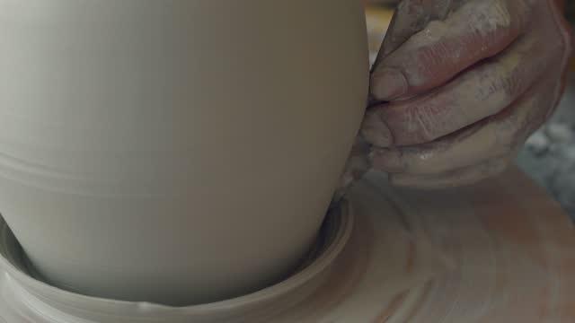 vídeos de stock e filmes b-roll de woman making pottery on the wheel - dedo humano