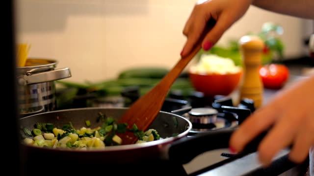 frau macht sauce für spaghetti - vegetarisches gericht stock-videos und b-roll-filmmaterial