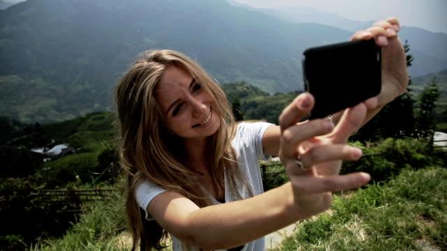 woman making selfie - longji tetian filmów i materiałów b-roll