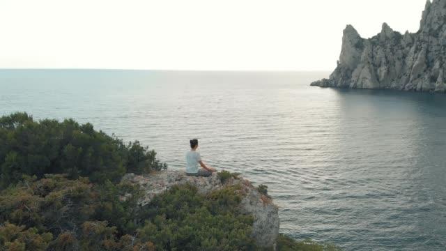 vídeos de stock, filmes e b-roll de mulher medita na natureza - posição