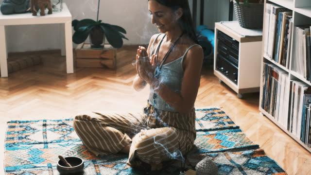 vídeos de stock, filmes e b-roll de mulher meditando em casa - boho