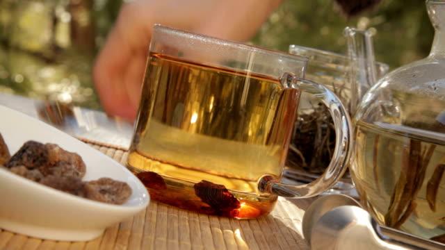 woman mixes glass of tea outdoors - tefat bildbanksvideor och videomaterial från bakom kulisserna