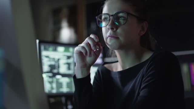 여자 모니터 어두운 사무실 - 결심 스톡 비디오 및 b-롤 화면