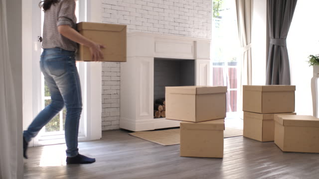 kvinna flytta till nytt hem - omlokalisering bildbanksvideor och videomaterial från bakom kulisserna