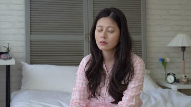 女性うなずく彼女が眠っている間 - 怠惰点の映像素材/bロール