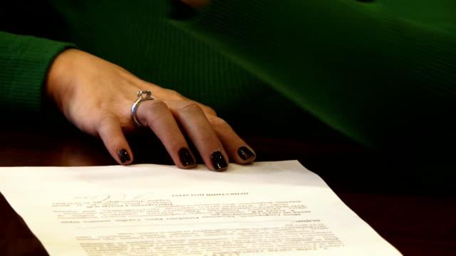 vidéos et rushes de femme notarizing un document - notaire