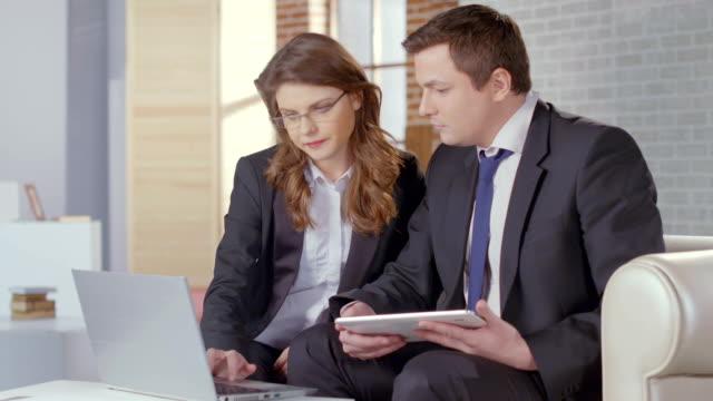 vidéos et rushes de femme notaire public avocat de travail avec bureau, cher client, - notaire