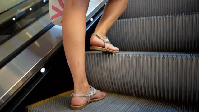 Mujer en una escalera mecánica - vídeo