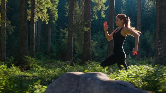 frau auf einem morgendlichen jogging - traumhaft stock-videos und b-roll-filmmaterial