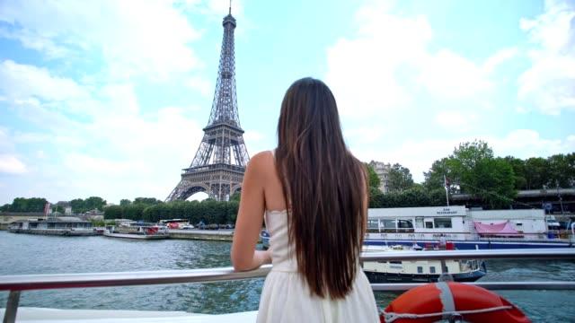 vidéos et rushes de femme sur une croisière de fleuve de paris - tour eiffel