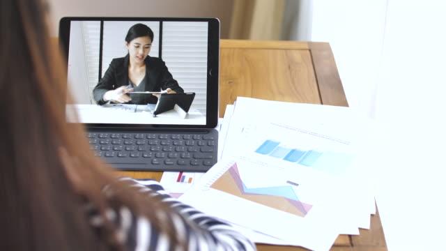女性の女性の同僚とのビデオ通話で - テレワーク点の映像素材/bロール