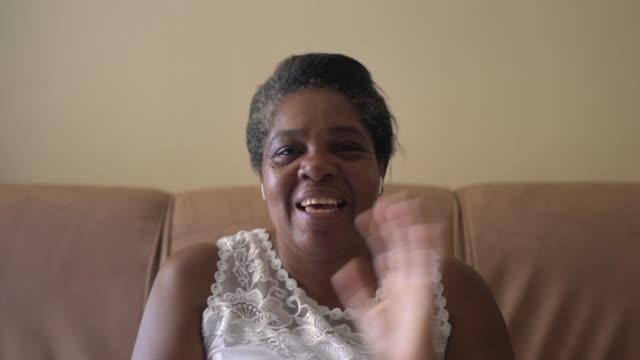 stockvideo's en b-roll-footage met vrouw op een video die thuis roept - pov van camera - 50 54 jaar
