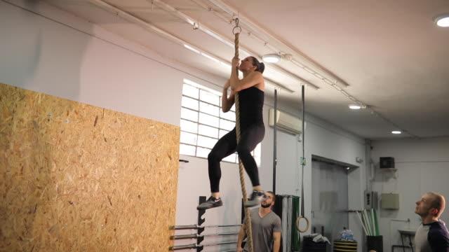 stockvideo's en b-roll-footage met vrouw op klimtouw oefenen in sportschool - touw