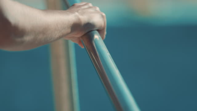 donna sul trampolino per tuffi - parapetto barriera video stock e b–roll