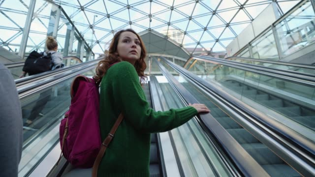 frau auf rolltreppe in die u-bahn in kopenhagen - rolltreppe stock-videos und b-roll-filmmaterial