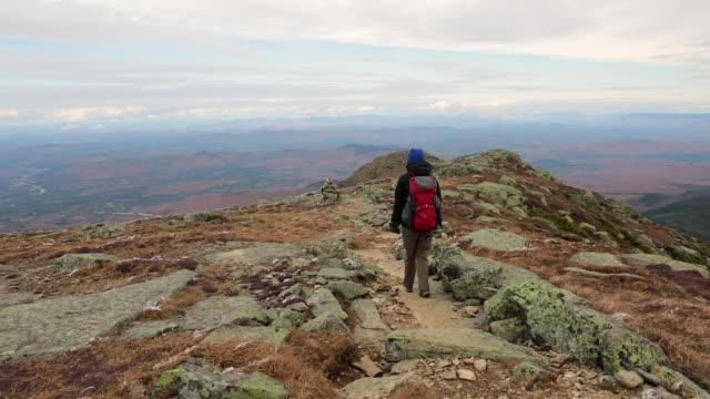 kvinna på vandringsled, franconia notch, new hampshire - bergsrygg bildbanksvideor och videomaterial från bakom kulisserna
