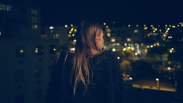 女性の屋上 - 屋根点の映像素材/bロール