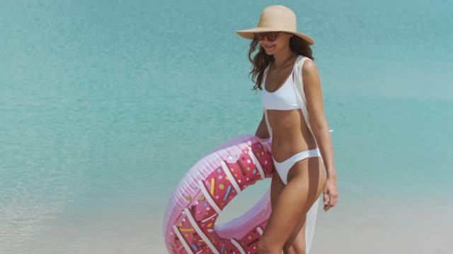 kvinna på stranden med en gummiring - inflatable ring bildbanksvideor och videomaterial från bakom kulisserna