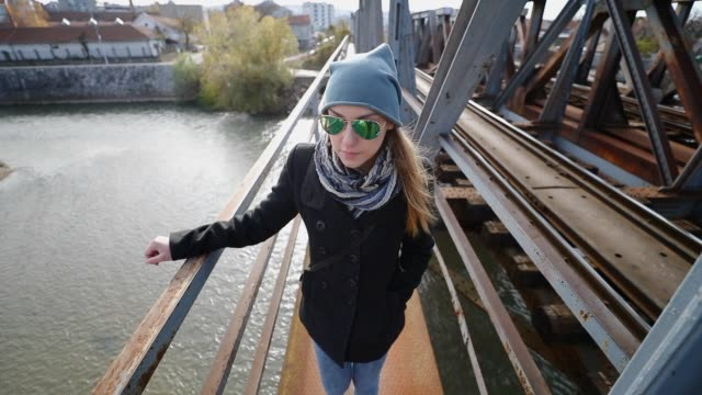 stockvideo's en b-roll-footage met vrouw op de brug - street style