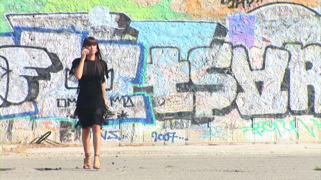 hd :女性の携帯電話 - street graffiti点の映像素材/bロール
