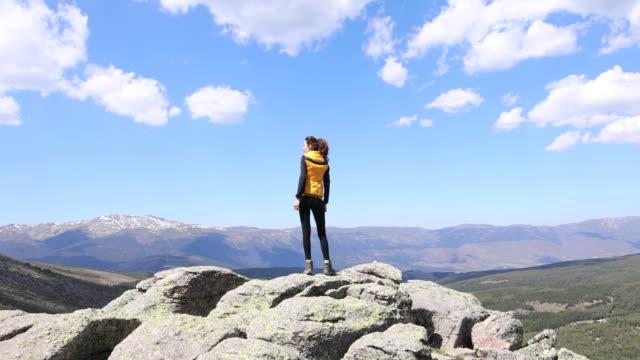 kvinna på toppen av berget titta på dalen - vidbild bildbanksvideor och videomaterial från bakom kulisserna