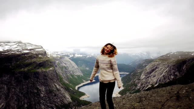 woman on trolltunga - fiordo video stock e b–roll