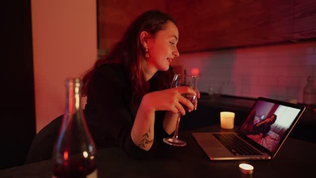 stockvideo's en b-roll-footage met vrouw online dating via videogesprek - daten