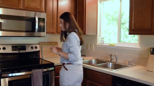 kvinnan öppnar tätt skåp och låda hitta - looking inside inside cabinet bildbanksvideor och videomaterial från bakom kulisserna