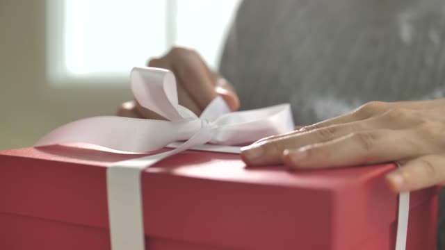 vídeos de stock e filmes b-roll de woman open gift box at home, wrapping gifts - gift box