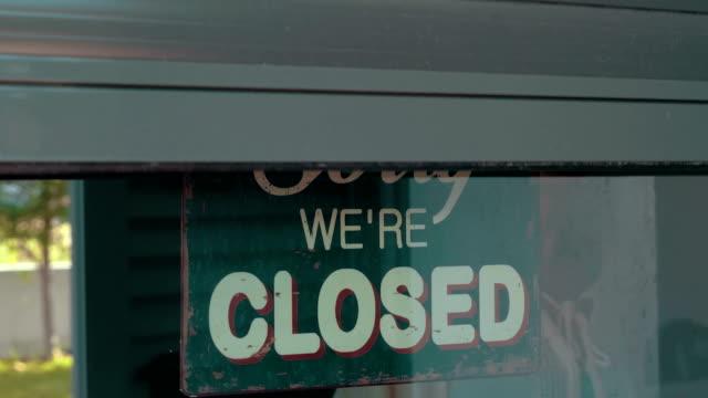 женщина, открытие в «cafe» или магазин - store стоковые видео и кадры b-roll