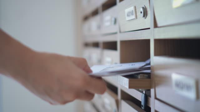 vídeos de stock e filmes b-roll de woman opening checking a mailbox,dolly shot - correio