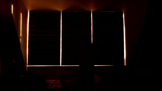 kobieta otwarcia zasłon sypialni rano - store filmów i materiałów b-roll