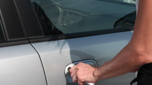 donna aprire la portiera dell'auto & guida in - sportello d'auto video stock e b–roll