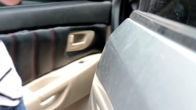 donna apertura porta il noleggio - sportello d'auto video stock e b–roll