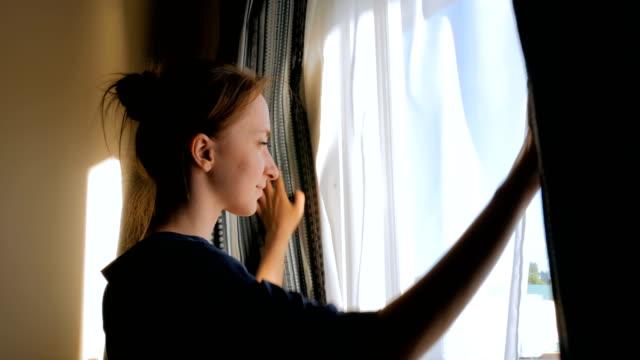vídeos de stock e filmes b-roll de woman opening window curtains - open window