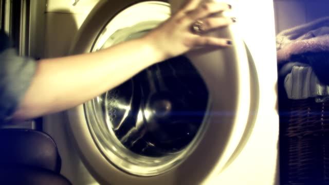 vídeos de stock, filmes e b-roll de mulher abre à moda antiga máquina de lavar - afazeres domésticos