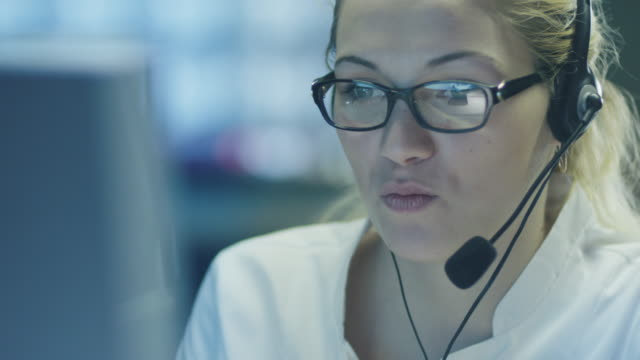 frau-operator im customer support service center - querschnitt stock-videos und b-roll-filmmaterial