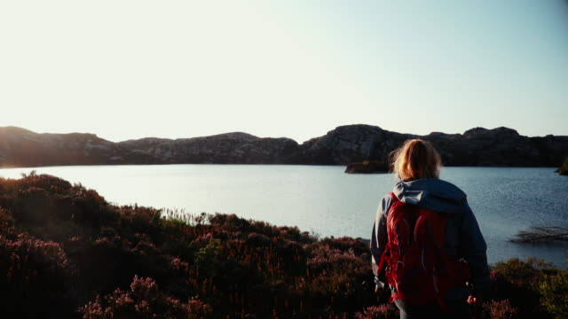 woman outdoor adventures: hiking in norway - dziki obszar filmów i materiałów b-roll