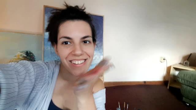 frau malerin macht selfies - selfie stock-videos und b-roll-filmmaterial