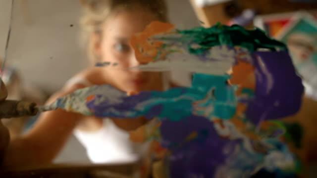 vídeos y material grabado en eventos de stock de techo de pintura mujer - pintor artista