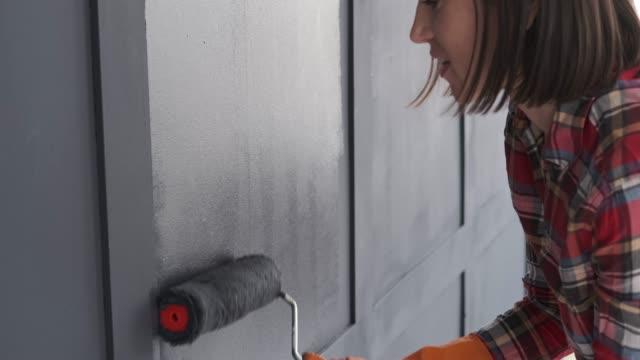 kvinna målning interiör träram av lägenheten - painting wall bildbanksvideor och videomaterial från bakom kulisserna